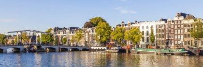 Панорамний міський пейзаж Старого міста Амстердам з видом на канал, Нідерланди — стокове фото