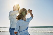Porträt einer Frau, die mit Tochter am Strand spielt — Stockfoto