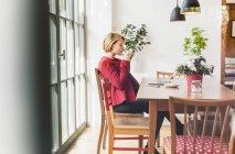 Junge Frau mit Laptop und eine Tasse Kaffee im café — Stockfoto