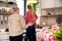 Rückansicht des Mutter und Tochter gemeinsam in der Küche Kochen — Stockfoto