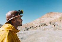 Bolivien, Potosi, touristische tragen von Schutzkleidung vor dem Cerro Rico Silbermine — Stockfoto