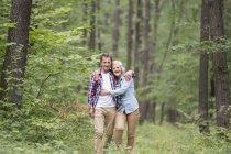 Heureux couple sénior mignon étreignant et marchant au parc — Photo de stock