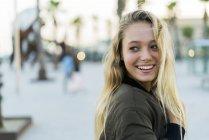 Retrato de jovem mulher feliz ao ar livre — Fotografia de Stock