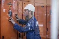 Arbeiter Arbeitsmaschine in Fabrik — Stockfoto