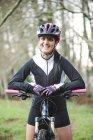 Женщина с горным велосипедом — стоковое фото