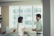 Geschäftsmann und Frau im Gespräch im Büro — Stockfoto