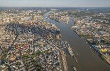 Edifici e fiume a Amburgo — Foto stock
