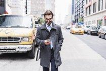 Empresário usando telefone celular — Fotografia de Stock