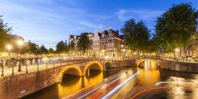 Pays-Bas, Amsterdam, Old Town, Keizersgracht, Brcken, maisons typiques, sentiers de lumière et le trafic sur le canal — Photo de stock