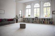 Interno del salone moderno spazioso — Foto stock