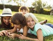 Groupe de quatre petites filles de s'amuser en plein air — Photo de stock