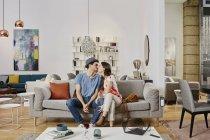 Портрет пару цілуватися на дивані в магазин меблів — стокове фото