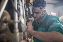 Мужчины механик в ангар, крепление легких самолетов — стоковое фото