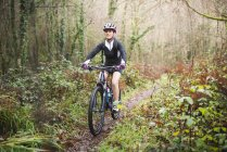 Велосипед на горных велосипедах по тропе — стоковое фото