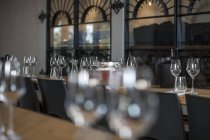 Бокалы для вина на столах в винном ресторане — стоковое фото