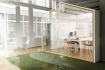 Empresário e mulher sentada no quarto conferene — Fotografia de Stock