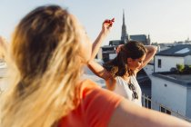 Austria, Vienna, two women dancing on roof terrace — Stock Photo