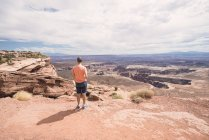 USA, Utah, man in Dead Horse Point looking at view — Stock Photo