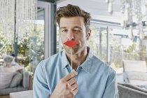 Mann mit Papierlippen vor dem Mund — Stockfoto