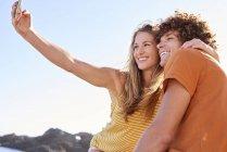 Glückliches Paar unter einem selfie — Stockfoto