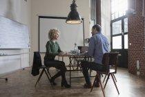 Mann und Frau diskutieren im Büro-Sitzungssaal — Stockfoto