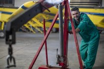 Uomo meccanico in hangar aerei leggeri di fissaggio — Foto stock