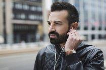 Barbudo, usando auriculares - foto de stock