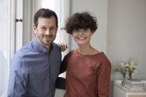 Retrato de casal feliz em casa olhando para a câmera — Fotografia de Stock