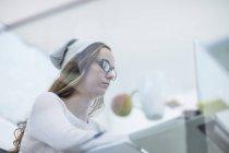 Жіночий офіс працівник працює на ноутбук — стокове фото