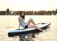 Німеччина, Гамбург, молода жінка на paddleboard, насолоджуючись літо — стокове фото