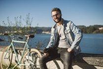Ritratto casuale di giovane uomo con la sua bici fixie, Ferrol, Galizia, Spagna — Foto stock