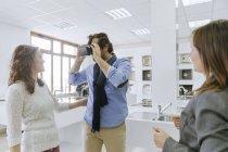 Uomo in occhiali realtà virtuale in negozio idraulico — Foto stock