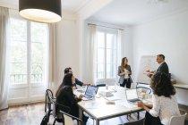 Uomini d'affari che hanno una riunione del team in ufficio — Foto stock