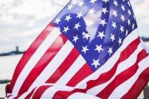 Silueta de mujer detrás de bandera americana - foto de stock