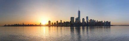 Estados Unidos, New York City, Manhattan, panorama del distrito financiero al amanecer - foto de stock