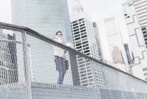 Женщина, стоящая на Манхэттене с мобильным телефоном и документами, Нью-Йорк, США — стоковое фото