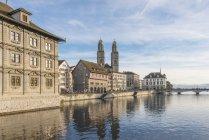 Швейцарія, Цюріх, великий собор з Ліммат в Старому місті — стокове фото