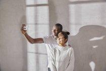 Giovane coppia scattare selfie con il cellulare — Foto stock