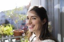 Ritratto di bella donna bruna caucasica a casa — Foto stock