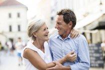 Счастливая старшая пара, гуляющая по городу — стоковое фото