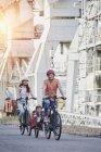 Портрет сім'ї, їзда на велосипеді з дочкою в причепі — стокове фото