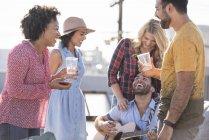 Amici alla festa sul tetto, Los Angeles, Stati Uniti — Foto stock