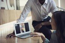 Gente de negocios que tiene una videoconferencia en el portátil - foto de stock