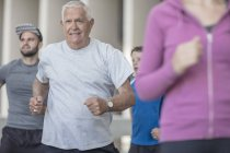 Fascia d'età mista di persone che corrono insieme — Foto stock