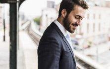 Giovane uomo d'affari in attesa alla stazione della metropolitana piattaforma — Foto stock