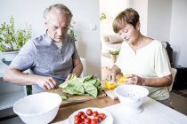 Ritratto di coppia anziana che prepara l'insalata — Foto stock