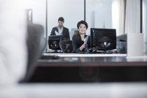 Bureau de New York city, femme assise au bureau en Mairie — Photo de stock