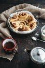 Cannelle pain gâteau avec tasse de thé — Photo de stock
