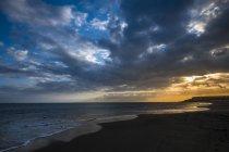Espagne, Ténérife, Plage au coucher du soleil sous les nuages — Photo de stock