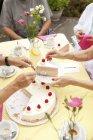 Mani, mettere la torta alla crema in piatti — Foto stock